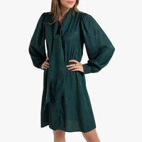 vestido corto con cuello con chalina y manga larga