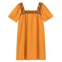 vestido recto con escote bordado semilargo