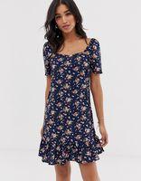vestido con sobrefalda en el bajo y estampado floral de vila