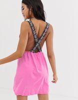 vestido de playa de punto con escote pronunciado y tirantes con cinta azteca de asos design